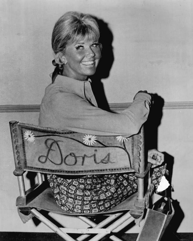 Doris Day on television show set e5714
