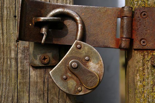 castle padlock metal stainless wooden door closed to secure 638725.jpgd 76150
