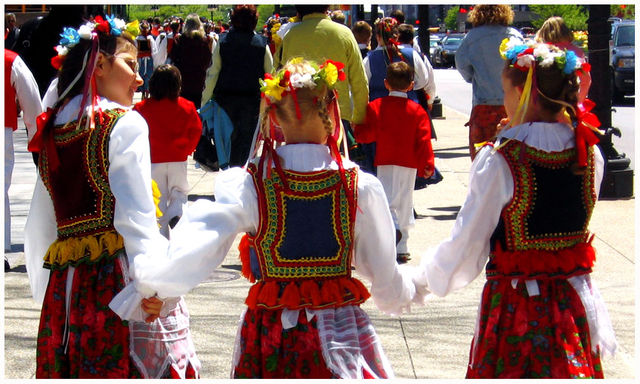 Polish girls dressed in traditional outfits Chicago 37efc