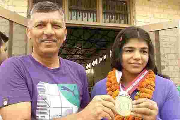 Sakshi Malik with coach Ishwar Dahiya after winning her first Wrestling medal at sub-junior Asian level (2006)