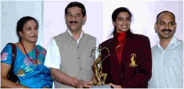Sindhu with her parents (L) and minister Jitendra Singh (R) after winning the Arjuna Award (2014)