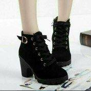 Sepatu Boots Heel Gesper Hitam