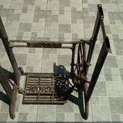 Kaki Meja Mesin Jahit Besi Jaman Dulu. Kondisi Original Bagus Terawat. Bukan Refurbish. (17278651) di Kota Jakarta Utara