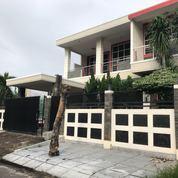 Rumah Dengan Kolam Renang Di Taman Modern (21633667) di Kota Bekasi