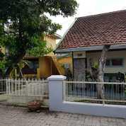 Dua Buah Rumah Dengan Halaman Luas