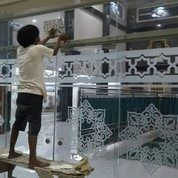 JASA PASANG STIKER SANDBLAST DEKORASI KACA KANTOR DAN MASJID DI MEDAN (26456687) di Kota Medan