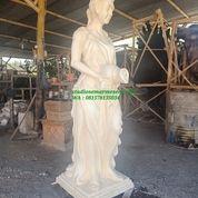 Patung Wanita Kendi Keluar Air (29821057) di Kota Magelang