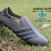 Sepatu slop slip on pria adidas suede abu list hitam (6216325) di Kab. Bandung