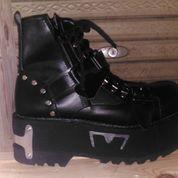 sepatu boot musik rock