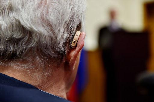 Tratamento de deficiência auditiva pode ajudar na diminuição de casos de demência. (Fonte: Roibu/Shutterstock)