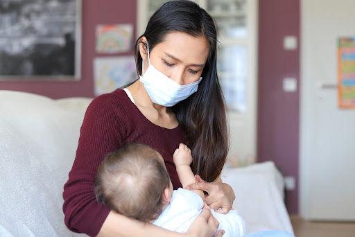 Leite materno é capaz de imunizar bebês contra a covid-19, aponta estudo. (Fonte: Onkira Leibe/Shutterstock)