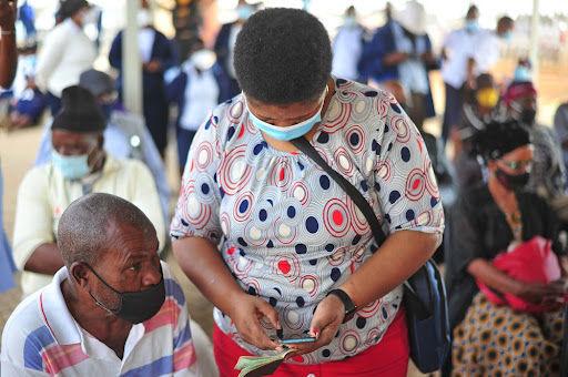 Lentidão de vacinação em países pobres favorece o surgimento de novas cepas do Sars-CoV-2. (Fonte: Mukurukuru Media/ShutterstockReprodução)