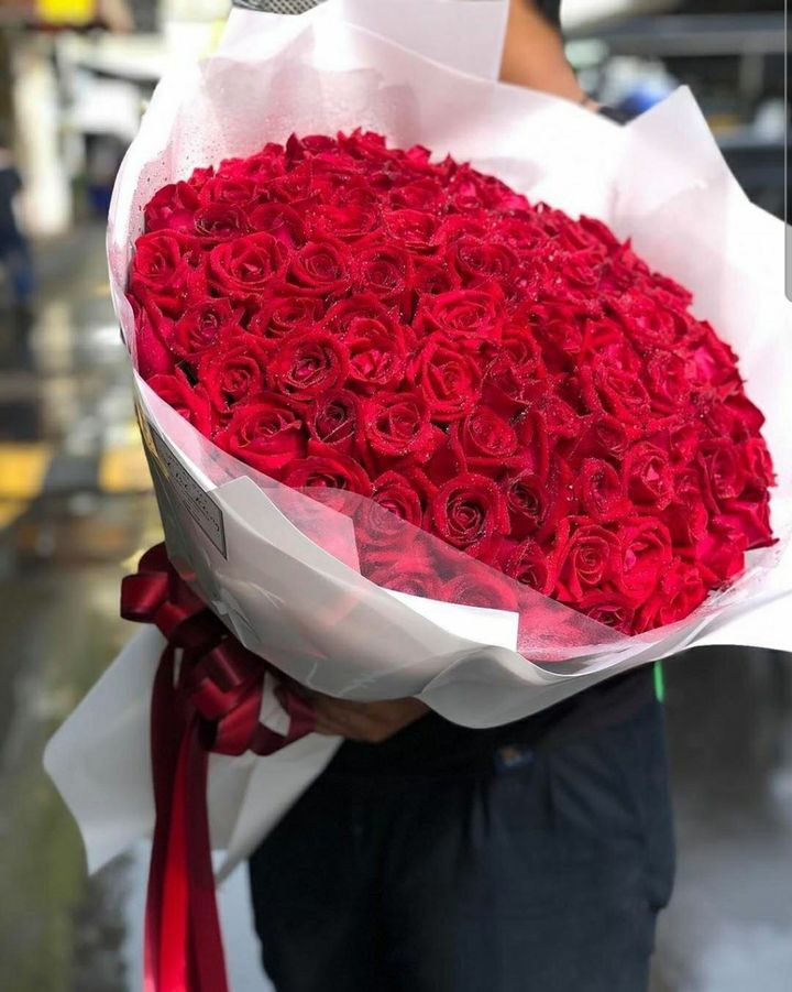 (18) 100 Red Roses