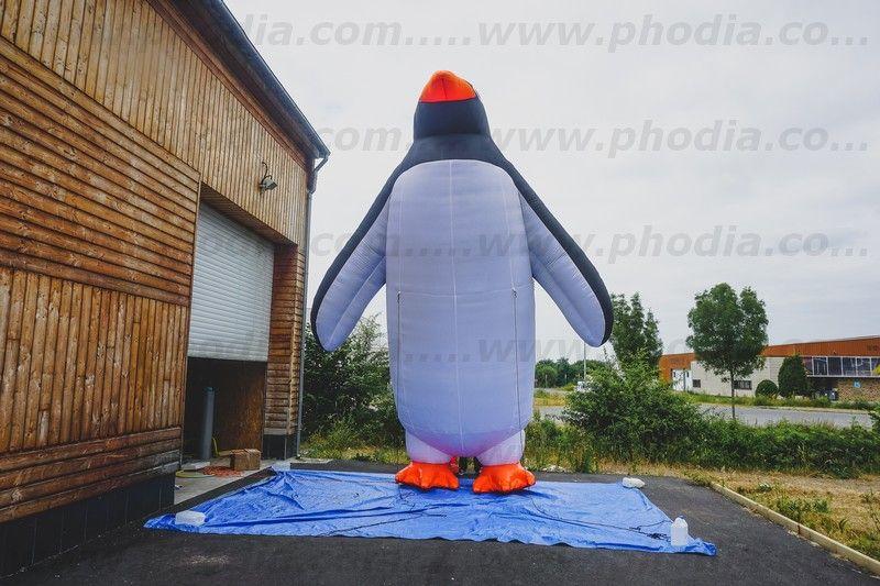 Pingouin géant sur le toit du sea life à Val d'europe pour annoncer l'arrivée des manchots