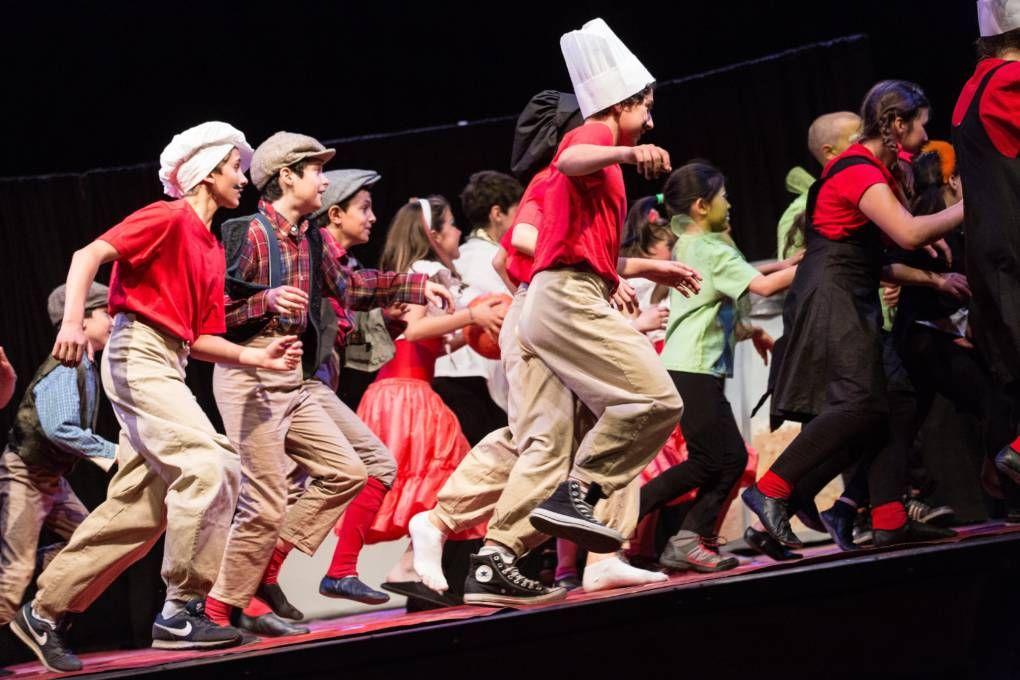 Bambini travestiti che si esibiscono sul palcoscenico durante uno spettacolo di cabaret