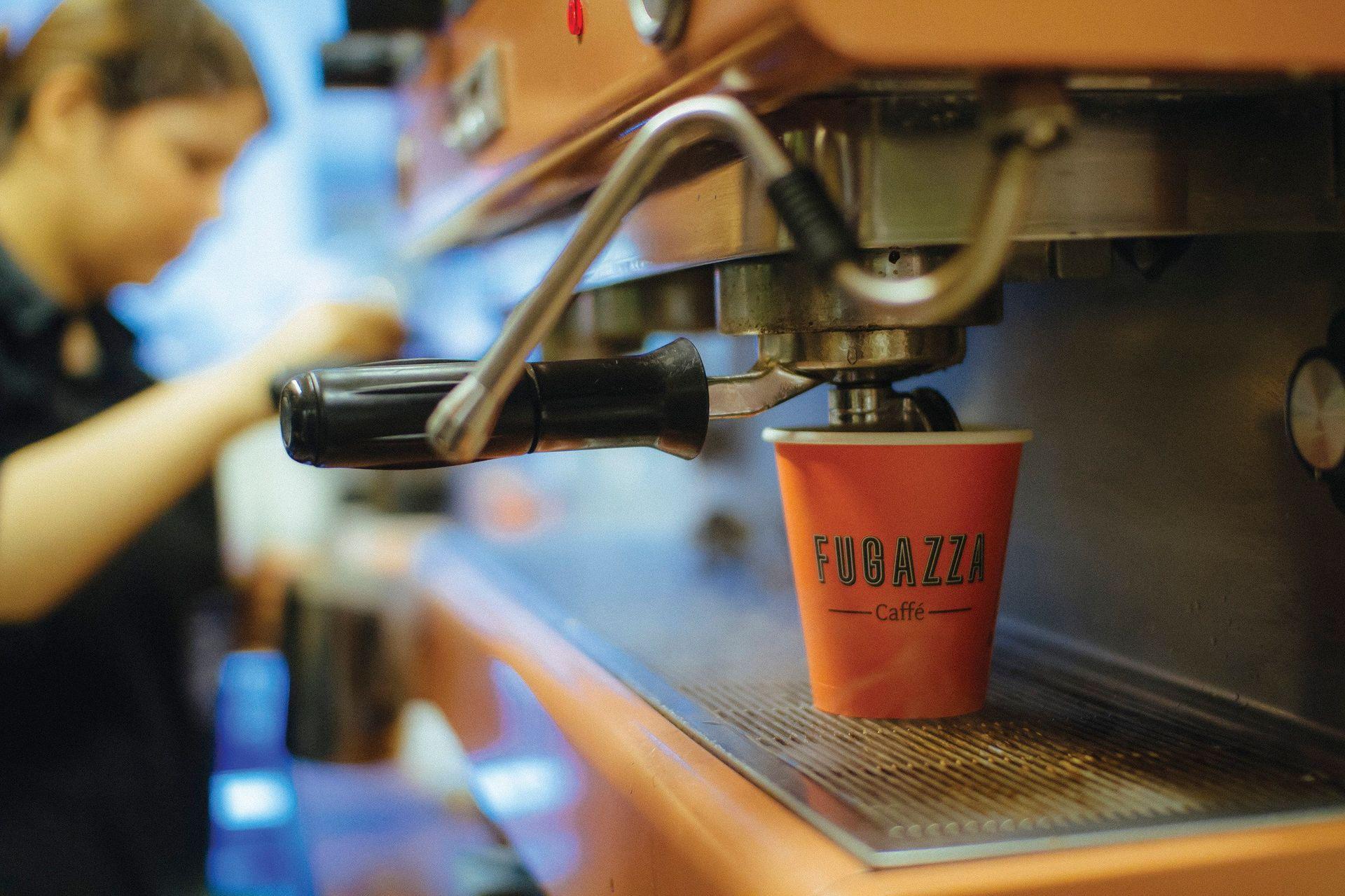 Kaffee Kaffeemaschine Frau bedient Kaffee Barrista Brühen Heiss
