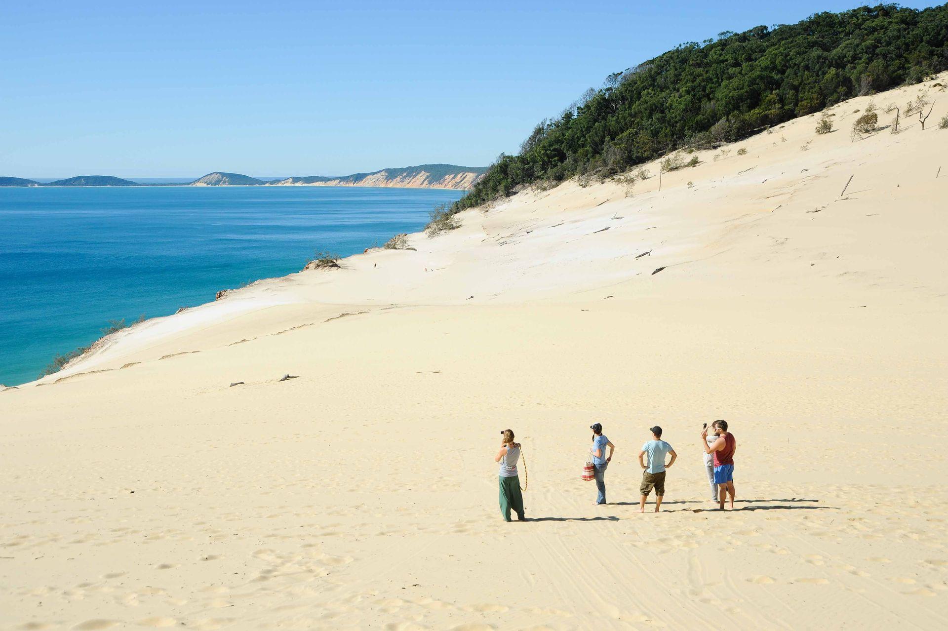 Wandelen in de zandduinen van Fraser Island aan de Oostkust van Australie.