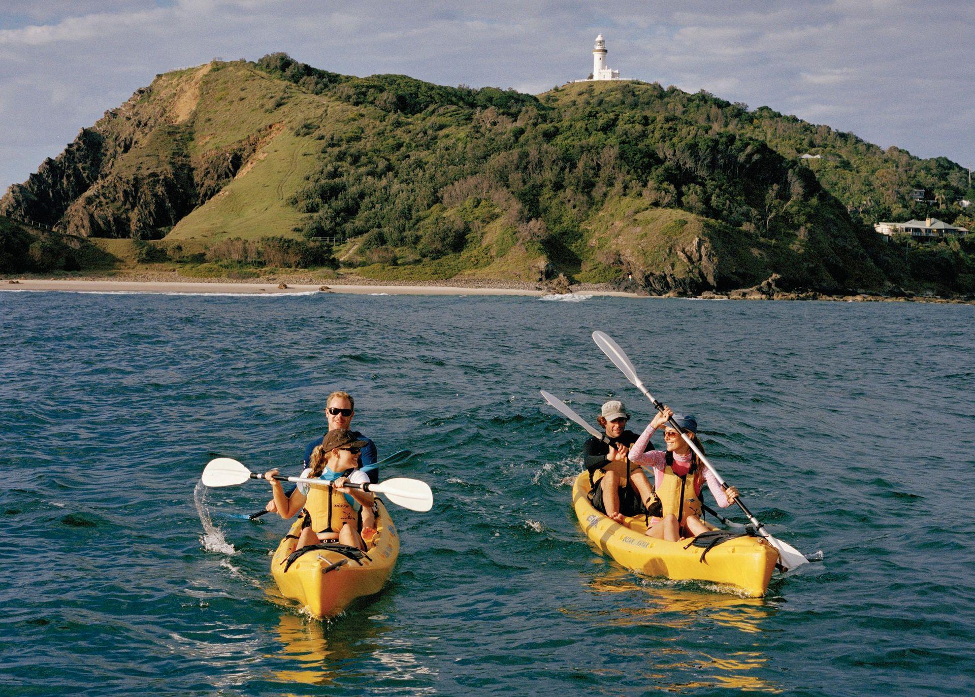 Twee gele kayaks in Byron Bay aan de Oostkust van Australië.