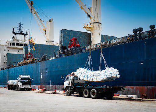 Valorização do açúcar no mercado mundial e variação cambial devem continuar incentivando exportações nesta safra. (Fonte: Shutterstock/Mr. Kosal/Reprodução)