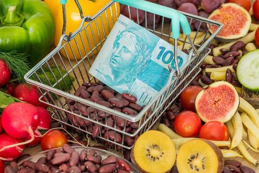 Há 20 anos, era possível comprar 58 kg de feijão com R$ 100, mas hoje o mesmo valor compra apenas 13 kg. (Fonte: Shutterstock/Andrzej Rostek/Reprodução)