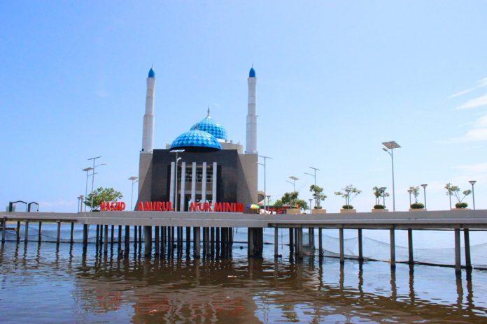 Keunikan Masjid Terapung di Pantai Losari Makassar