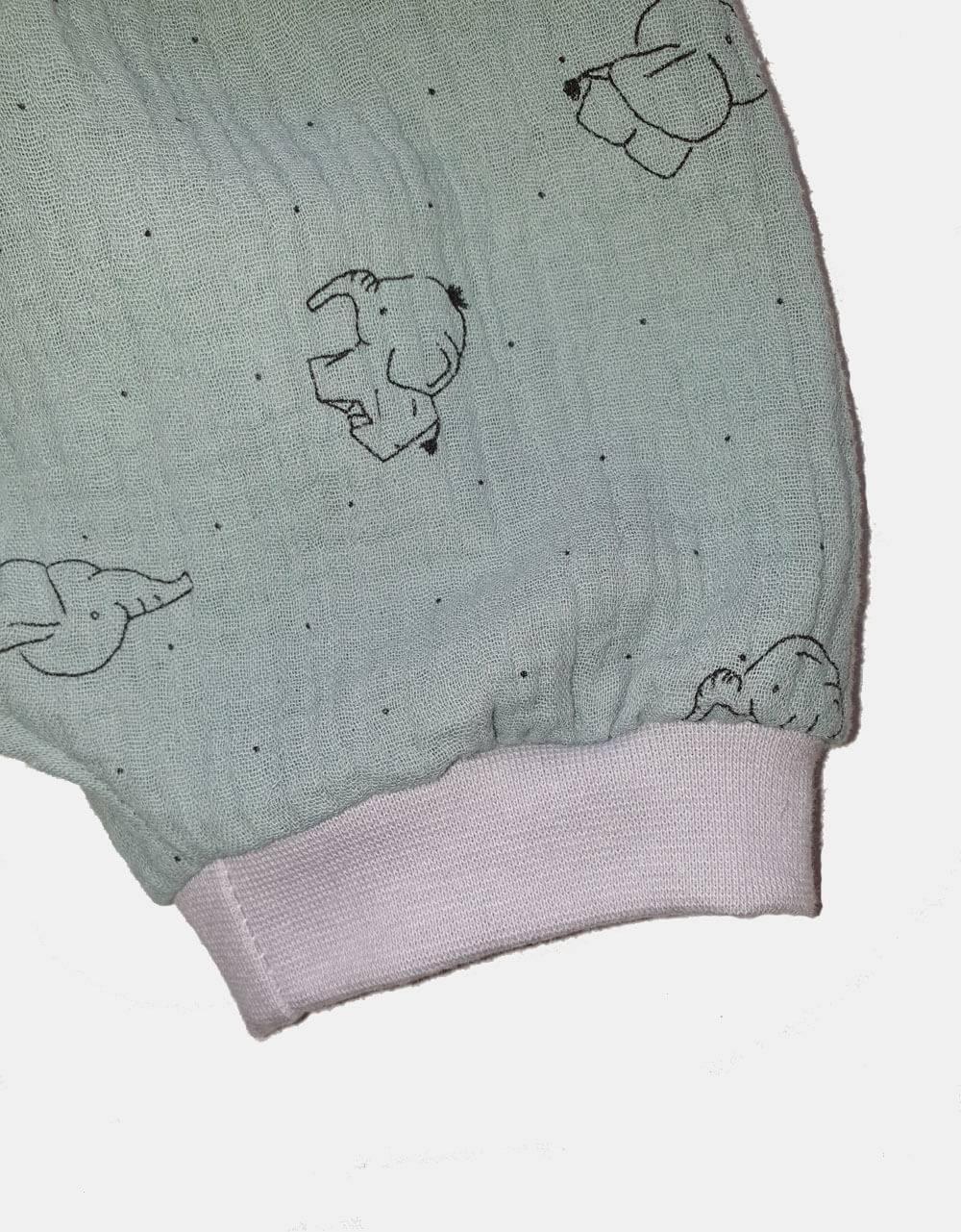 Kurze Hose aus Musselin pastellgrün mit Elefant