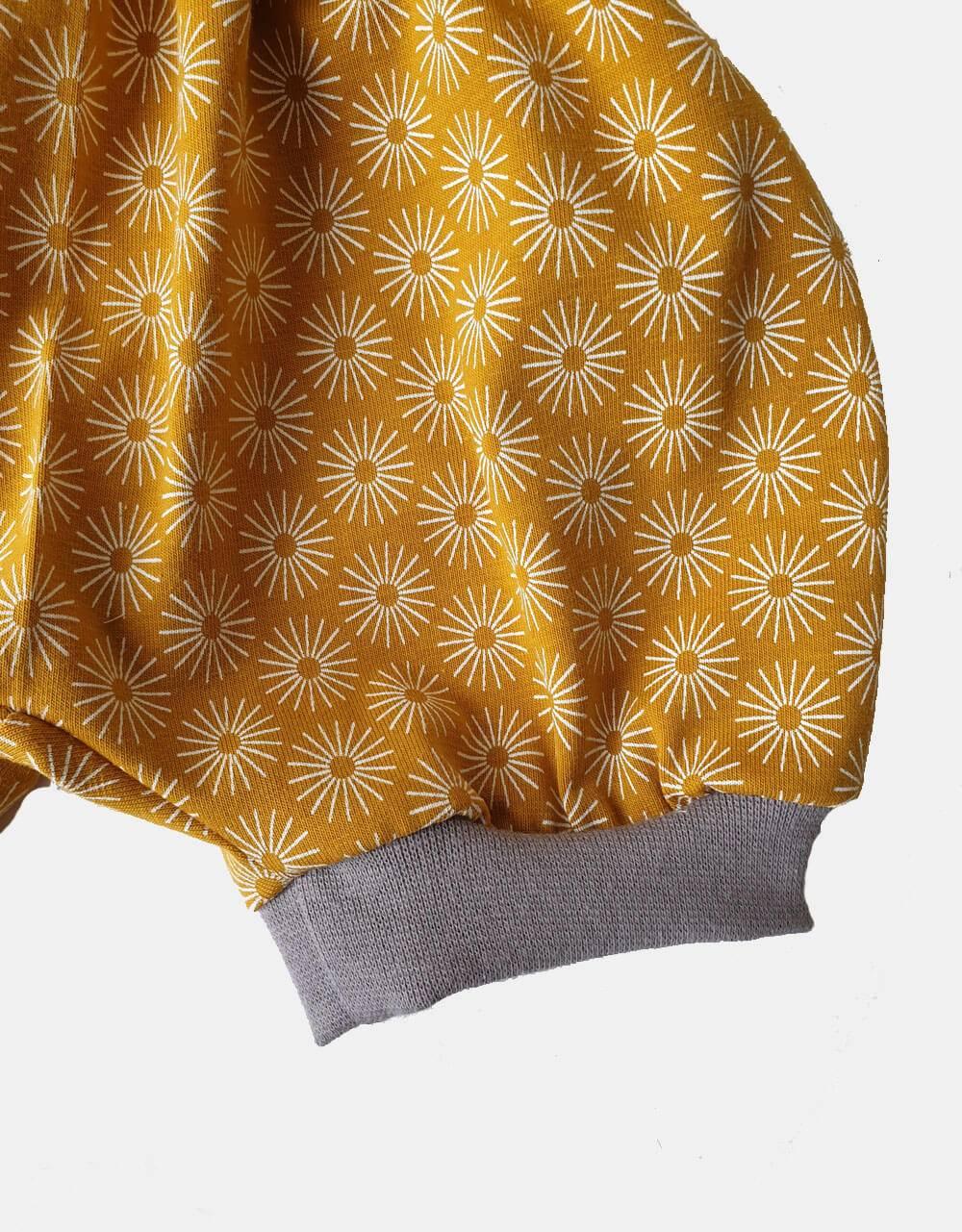 Kurze Hose senf-gelb mit Blumen