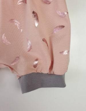 Kurze Hose zart kupfer-rosé mit glänzenden Federn