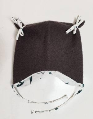 Ohrenmütze aus Walk taupe, weiß mit grünen Blättern