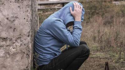 """Нова дрога поевтина од сендвич – Дрогиран маж, бил фатен како се обидува да """"силува"""" дрво"""