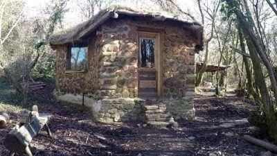 Наместо да заглавува во кредити, Британец со свои раце си направил куќичка во шумата со 4500 евра