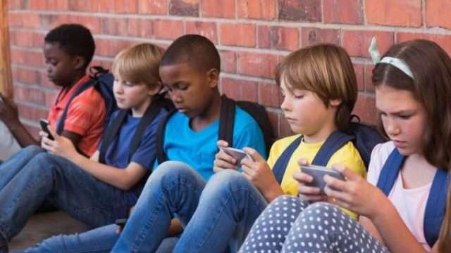kids-with-phones-e1550776091264.jpg