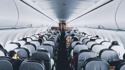 Притвор за патник кој фрлил парички во мотор од авион за среќа