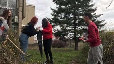 """[Фото] """"Никој не се нафаќа да го исчисти ѓубрето"""" – студенти во еко-акција на кампусот на УКИМ"""