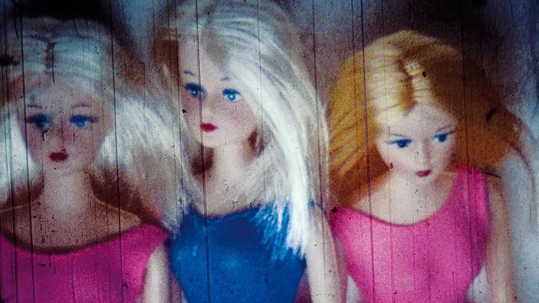 23 Barbiepuppen kippen um