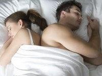 Itt az igazság! Ahogy alszol, olyan a kapcsolatod a pároddal!
