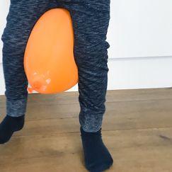 Gå som en pingvin uten å miste ballongen - Morsom innendørsaktivitet