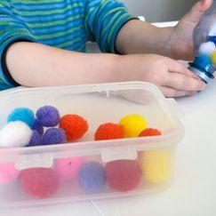Putt pompongene oppi flasken - lek og lær for de minste