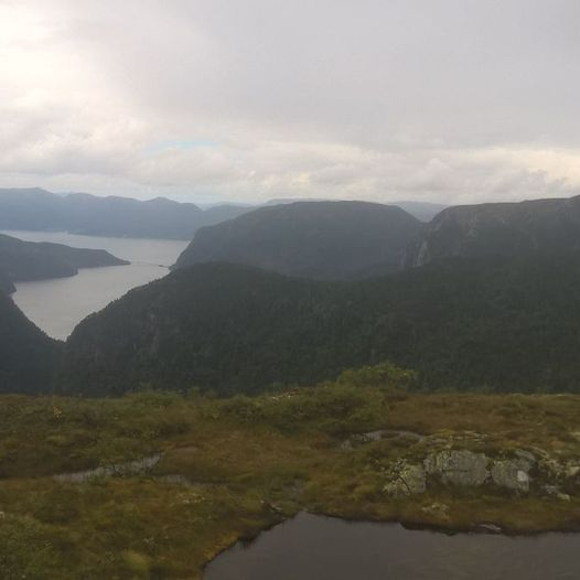 Stølsvatnet til Oslandsstølen i lett terreng og med flott utsikt mot Ikjefjord