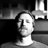Bakgården//Thom Hell