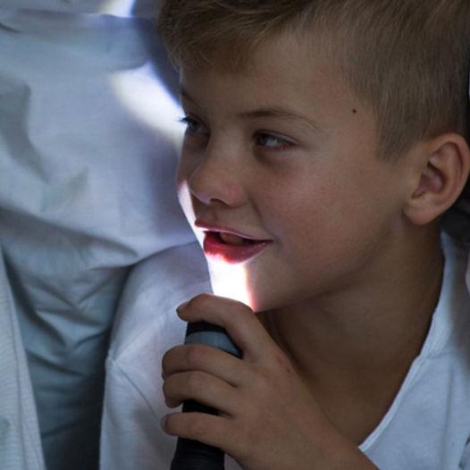 Lek gjemsel med lommelykt i mørket - Gøy for hele familien