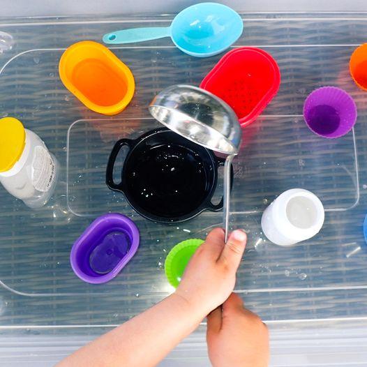 Lag en vannstasjon hvor barna kan leke med vann i sommer