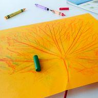 La barna lage kreative kunstverk med høstløv