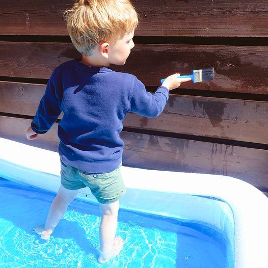 Finn frem malerkosten og la barna male med vann