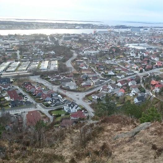 Storasundfjellet og Vardafjellet fra Rossabø skole