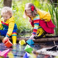 Å leke med papirbåter er kjempegøy, både utendørs og inne!