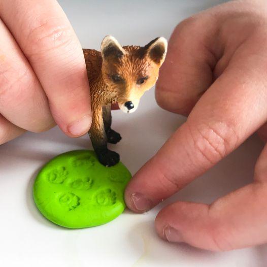 Lag dyrespor med plastikkdyr og modelleire!