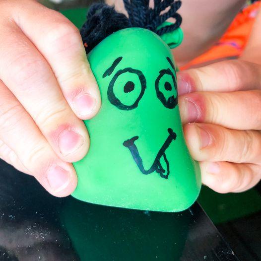 Lag morsomme stressball-figurer av ballonger og mel