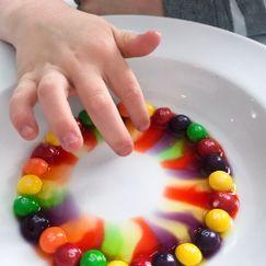 Eksperiment med Skittles og varmt vann