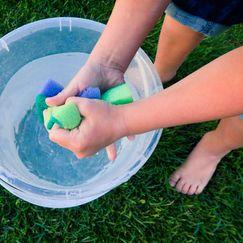 Utelek som avkjøler barna på varme sommerdager